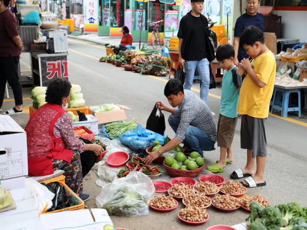 지난 2일부터 4일까지 정남진 장흥 토요시장에서 '15주년 동행세일' 이벤트가 열렸다.